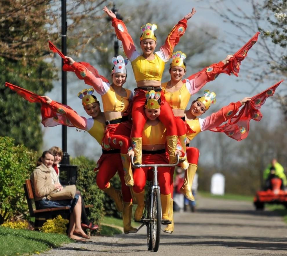 3) Семеро китайских гимнасток балансируют на одном велосипеде во время гастролей Китайского госудраственного цирка в Лондоне. (AFP PHOTO/Leon Neal)