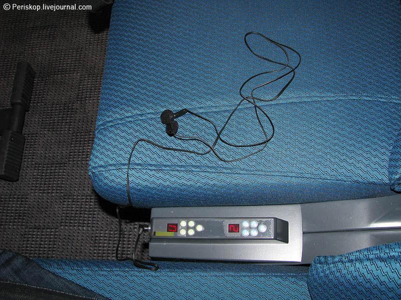 """13) Пульт управления радио- видео- каналами находится в междукресельном расстоянии; нужно просто вставить штекер в гнездо """"своей"""" стороны."""