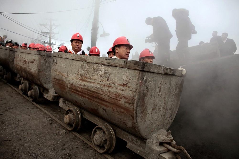 13) Спасатели готовятся въехать в угольную шахту Синьсян, чтобы начать поиски выживших после утечки газа в шахте в Хеганге, провинция Хэйлунцзян, 22 ноября 2009 года. Число погибших последнего взрыва в шахте Китая дошло до 87 человек. Люди не теряют надежды найти выживших. (REUTERS/Aly Song)