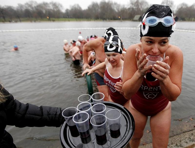 12) После купания по коньячку. (REUTERS/Andrew Winning)