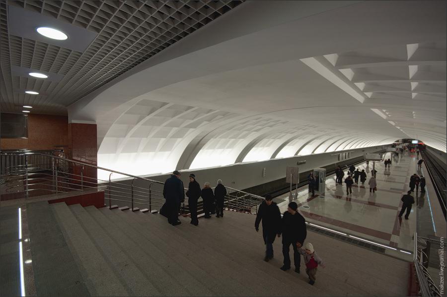 13) Односводчатый потолок, белые стены, темный мрамор на полу.