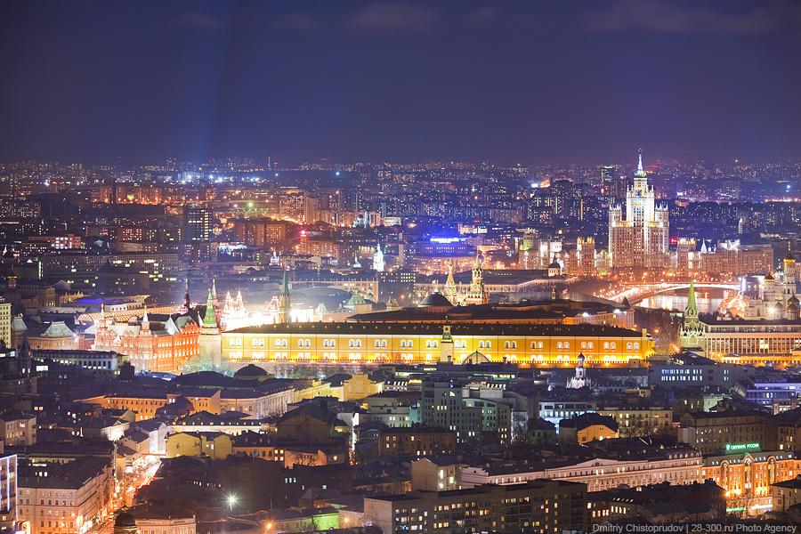 14) Кремль. Помятость на небе — это луч прожектора.
