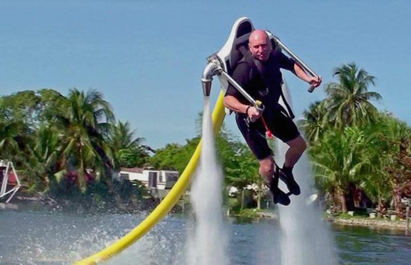 12) JetLev-Flyer с двумя сильными струями воды, позволяющими подниматься в воздух и парить над землей. (SOLENT)