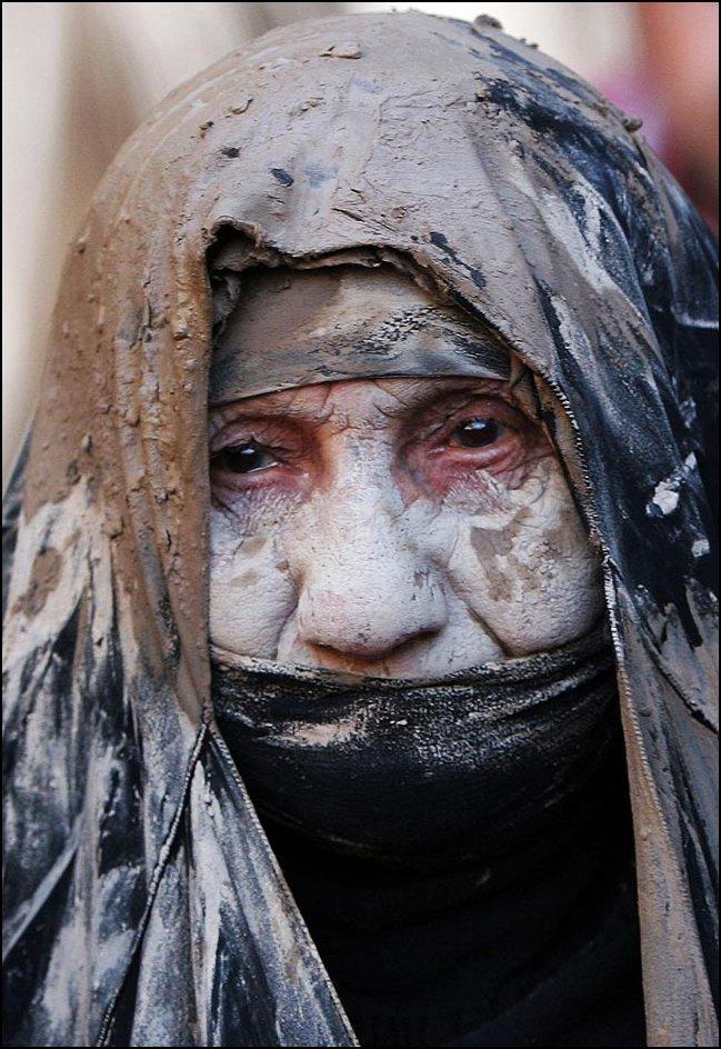 13) © Ahmed al-Husseini, AP / / Perempuan shiitka dengan kotoran di kepalanya.