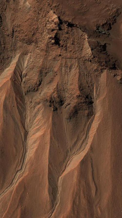 12) Овраги близко к краю кратера Hale на юге Марса. Некоторые различают образ Иисуса Христа. (NASA)
