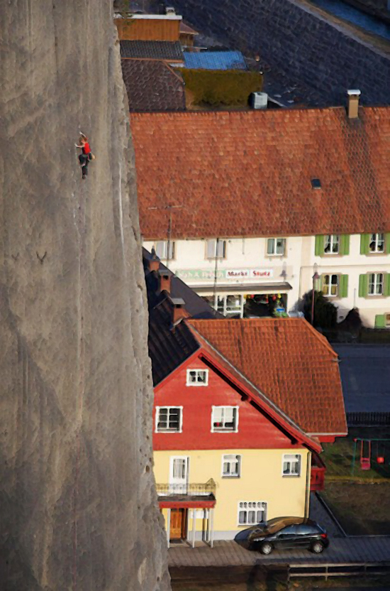 """11) Экстремальный альпинист Биэт Каммелэндер (Beat Kammelander), 50 лет, во время подъема, который он совершил чтобы стать первым человеком, покорившим вертикальную скалу """"принцип надежды"""" на Бёрс (Bürs) пластинах в Форарльберг, Австрия. (PETER MATHIS)"""