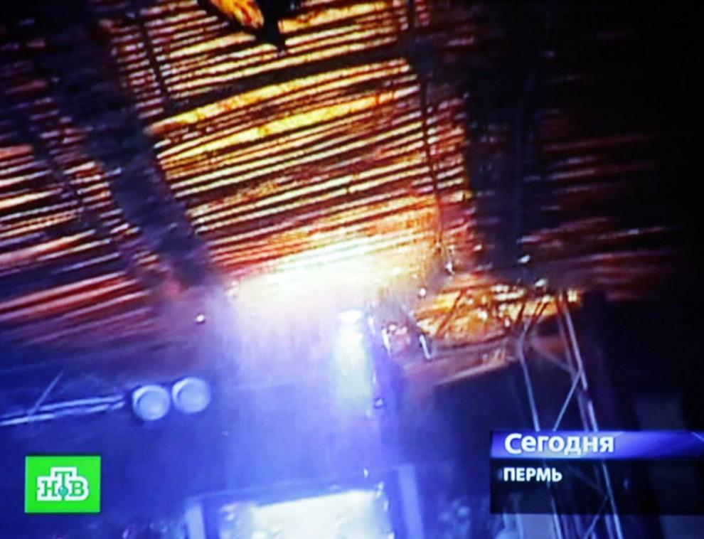 13. Съемка любительской камерой: начало пожара в клубе «Хромая лошадь» в Перми. (NTV viu EPA)