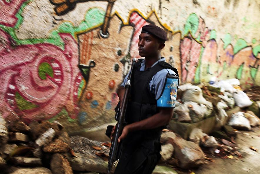 14. Офицер полиции патрулирует район трущоб Вавилония 3 декабря 2009 года. (Photo by Spencer Platt/Getty Images)