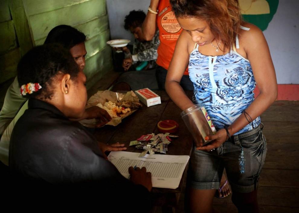 14. Офицеры отслеживают использование презервативов, собирая обертки в борделях и публичных домах в Мерауке, Западное Папуа недалеко от Джаяпуры, Индонезия. Распространение ВИЧ и СПИДа в Западном Папуа возрастает, уже известно о 5000 больных, и более 300 человек погибает от болезни каждый год. Самые распространенные средства передачи СПИДА – это проституция, наркотики и передача болезни от матери ребенку. (Ulet Ifansasti / Getty Images)
