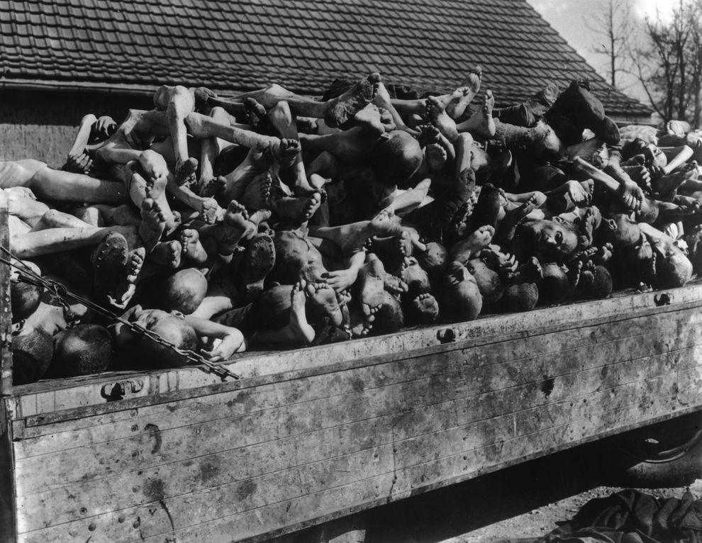 14) Такую картину увидели американские солдаты в одном из концлагерей. (Hulton Archive/Getty Images/ fotobank.ua /1 апреля 1945/ Германия)