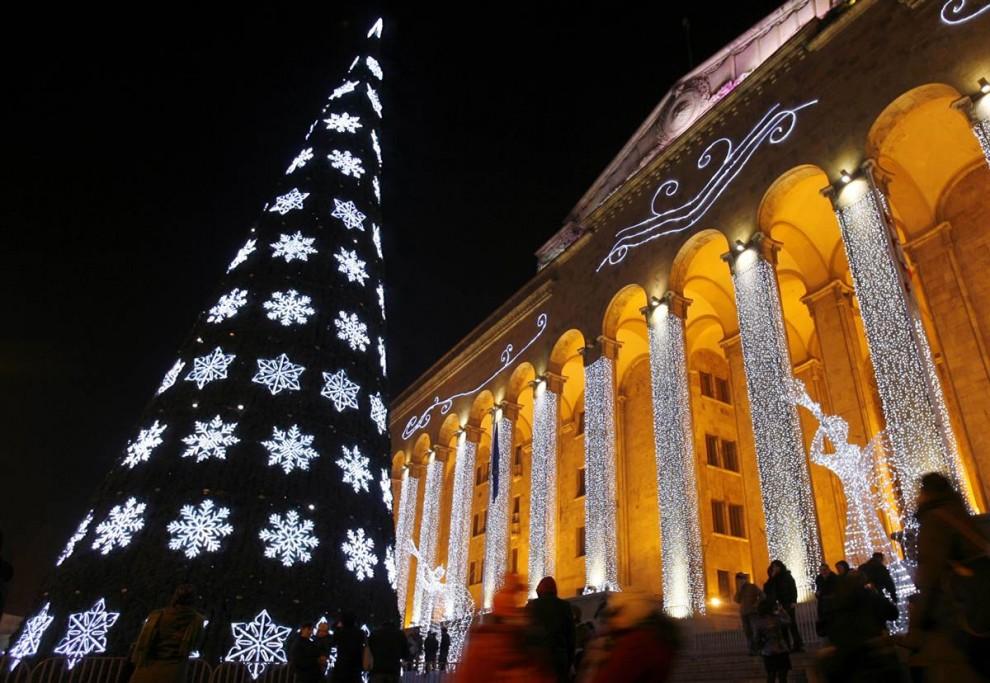 14. Здание парламента украшено гирляндами и Рождественской елкой в Тбилиси 6 декабря. (David Mdzinarishvili / Reuters)
