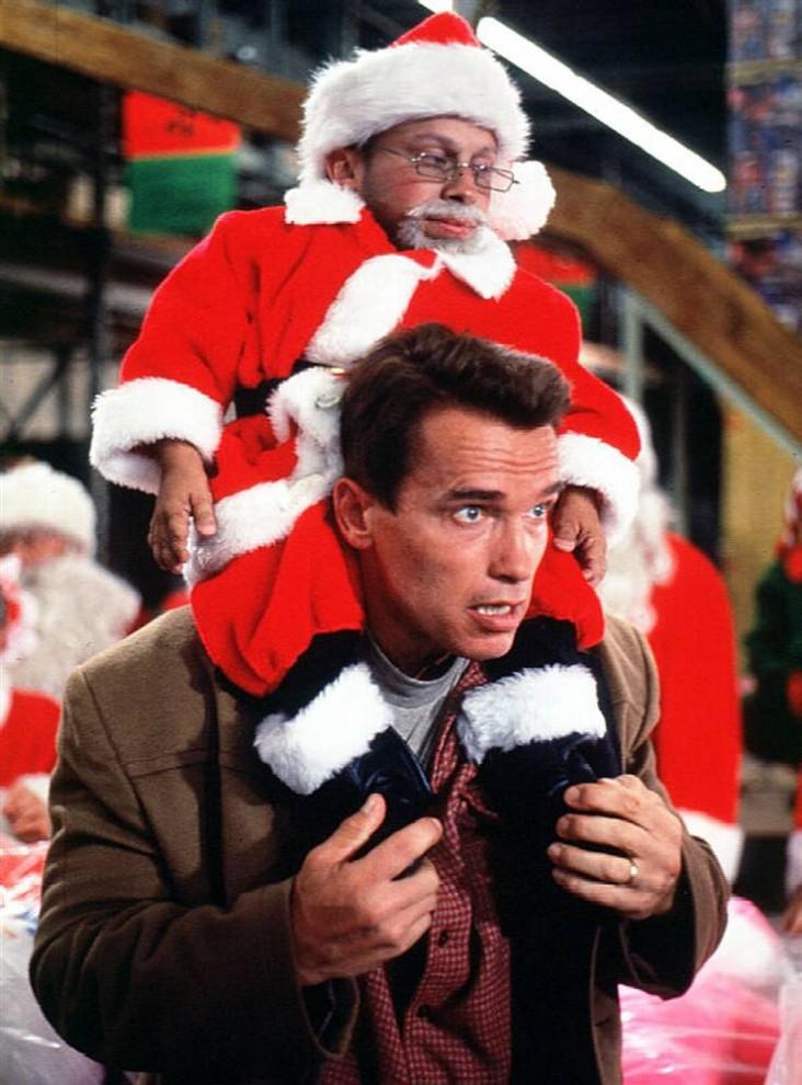 14. Многие родители сделают для своих детей под Рождество все, что угодно. И Говард (Арнольд Шварценеггер) не исключение в фильме 1996 года «Подарок на Рождество». Он ни перед чем не останавливается, чтобы найти для своего сына желанную фигурку на Рождество. (20th Century Fox)