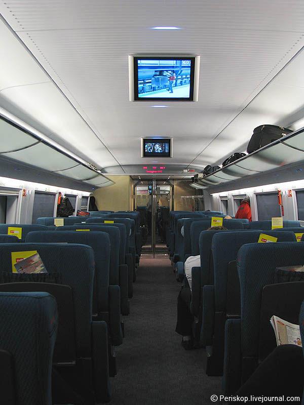 14) Общий интерьер вагона в движении; сейчас жк-дисплеи работают.
