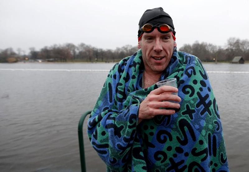 14) Счастливый пловец с бокалом коньяка (REUTERS/Andrew Winning)