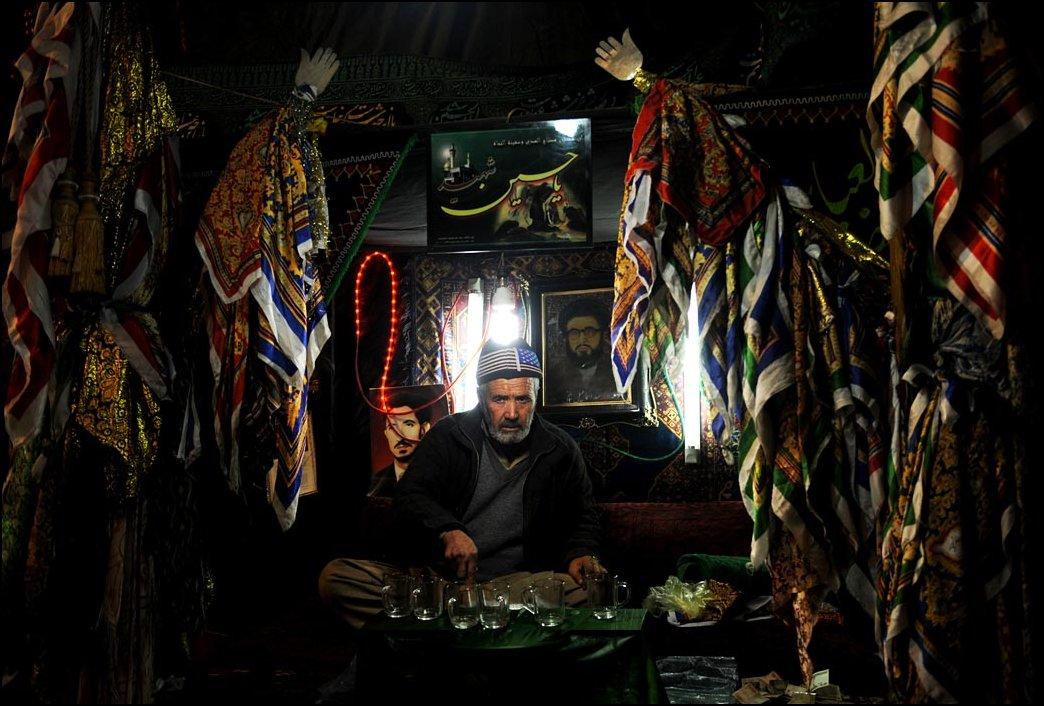 14) © Massoud Hossaini, AFP / Getty Images / air menawarkan / Syiah kepada mereka yang castigates dirinya.