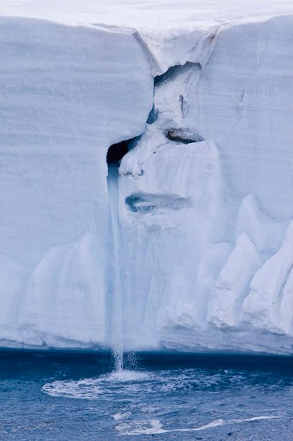 13) Плачущее лицо на леднике расположенном на Северо-Восточных Землях архипелага Шпицберген в Норвегии. (BARCROFT MEDIA)