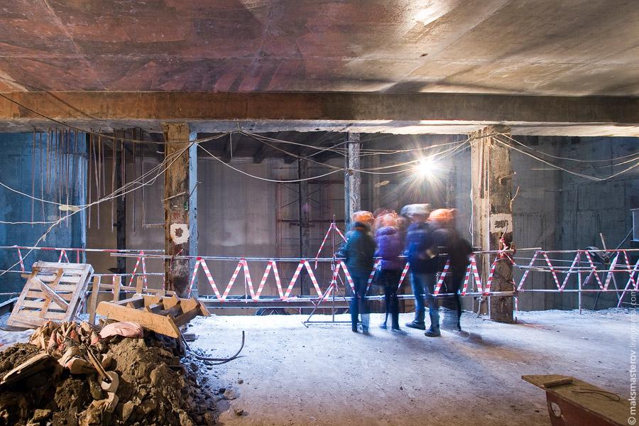 14) Вид из актерского помещния на яму, которую будут использовать в дальнейшем для спуска декораций в хранилище