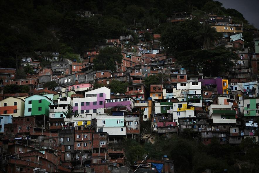 15. Общий вид недавно района Санта Сарта – одного из самых старых в Рио, где недавно прошли полицейские зачистки. Снимок сделан 3 декабря 2009 года. (Photo by Spencer Platt/Getty Images)