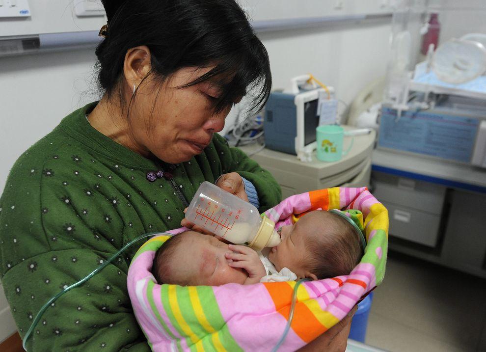 15) Мать кормит младенцев, у которых одно сердце и одна печень на двоих. Во время беременности врачи неоднократно уверяли женщину, что ее дети родятся здоровыми.