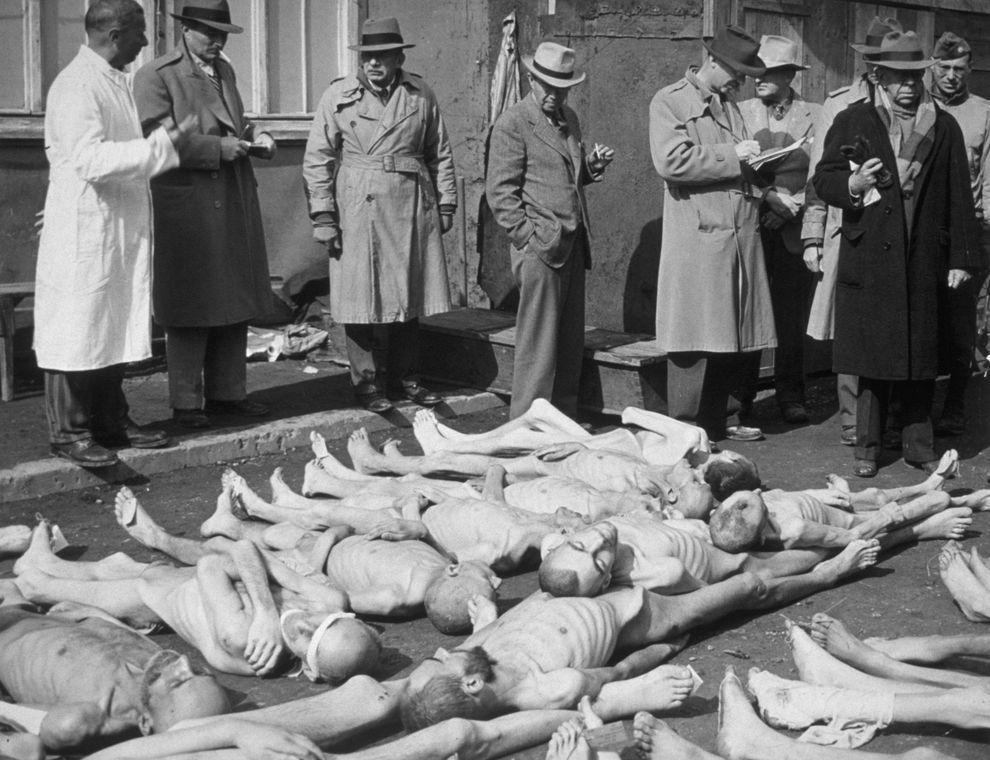 15) Редакторы и журналисты американских газет расследуют зверства в концлагере Дахау. Во время войны Дахау приобрел зловещую известность как один из самых ужасных концлагерей, в которых проводились медицинские эксперименты над заключенными. (Spencer Platt/ Getty Images News/ fotobank.ua / 4 мая 1945/ Германия, Дахау)