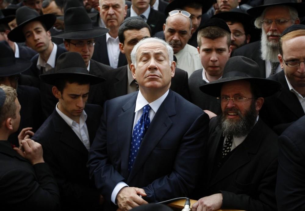 15. Лидер израильской партии «Likud» Биньямин Нетаньяху (в центре) на похоронах раввина Авраама Равитца в Иерусалиме 26 января 2009 года. Равитц был председателем еврейской религиозной партии «Degel Hatorah» в Израильском парламенте. Он страдал пороком сердца и скончался в возрасте 75 лет.