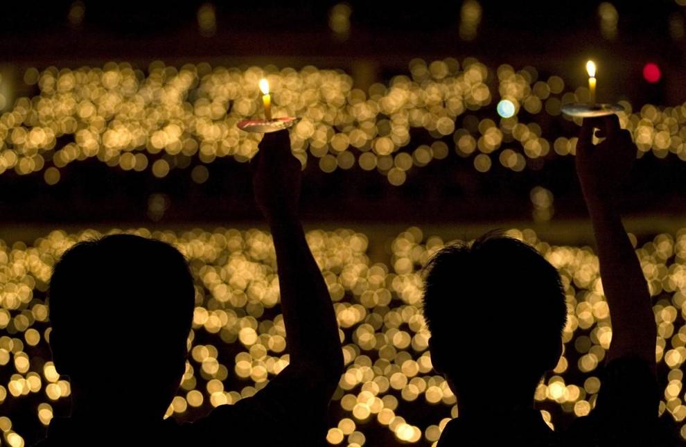 15. Индонезийские христиане держат свечи во время рождественской службы в церкви Бетани в Сурабая, Западная Ява. (Sigit Pamungkas/Reuters)