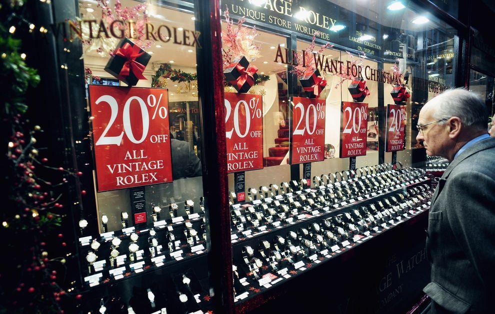 15) Витрины с многообещающими скидками. Продавцы, для которых прошлый год стал годом беспрецедентно высоких скидок, в этом году попытаются удерживать скидки в рамках разумного. (EPA / 26 ноября 2009/ Англия, Лондон)