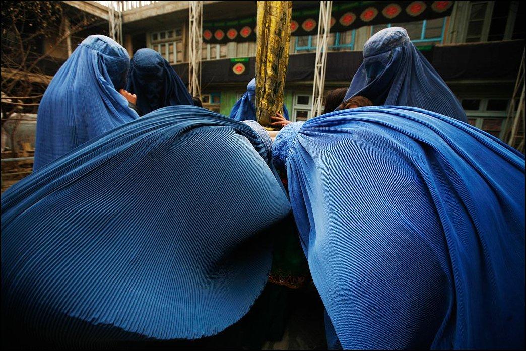 15) © Farzana Wahidy, AP / / ciuman wanita Afghan bendera Syiah religius.