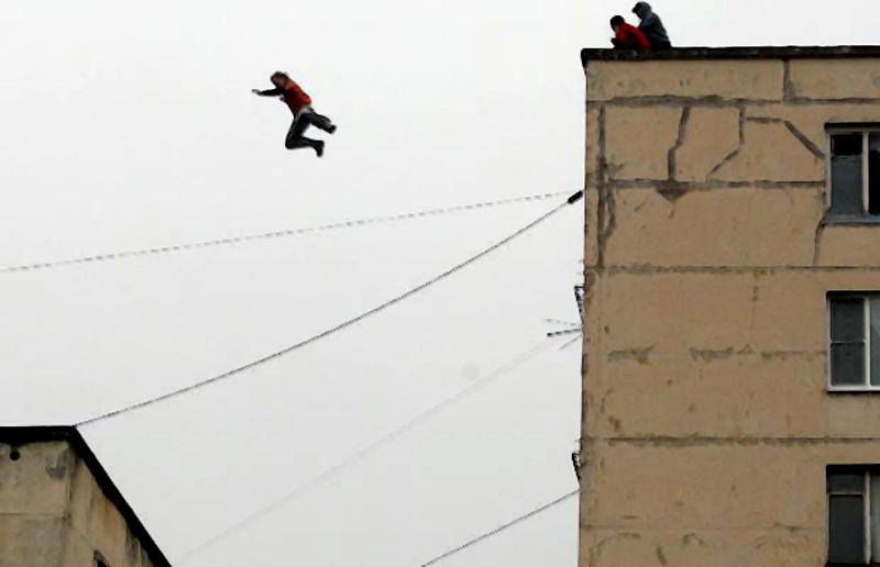 13) Прыжок в исполнении русских поклонников паркура с крыши восьмиэтажного здания на крышу пятиэтажного дома в Санкт-Петербурге. (AFP/GETTY)