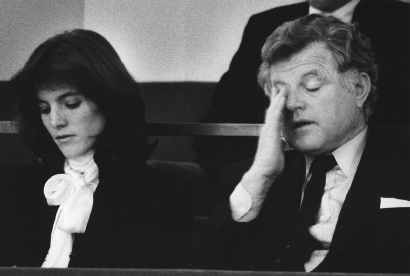 14) Сенатор Тед Кеннеди рядом с племянницей Каролин Кеннеди – дочерью покойного президента Джона Ф, Кеннеди, кажется уставшим на концерте в память о покойном президенте Джоне Ф. Кеннеди в центре искусств имени Кеннеди в Вашингтоне 22 ноября 1983 года. Концерт стал заключительной частью мероприятий, запланированных на 20-летие гибели президента Джона Ф. Кеннеди. (UPI Photo/Don Rypka/Files)
