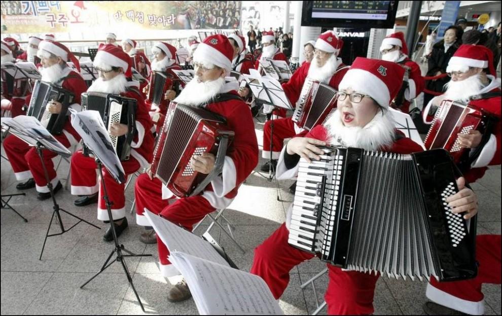 8) Участники оркестра аккордеонов Кореи во время концерта на Сеульской железнодорожной станции. (Ahn Young-Joon/AP)