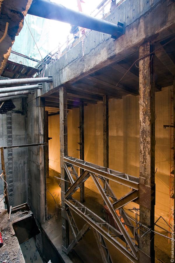 15) Сейчас через эту яму спускают только строительные материалы и крупногабаритную строительную и отделочную технику