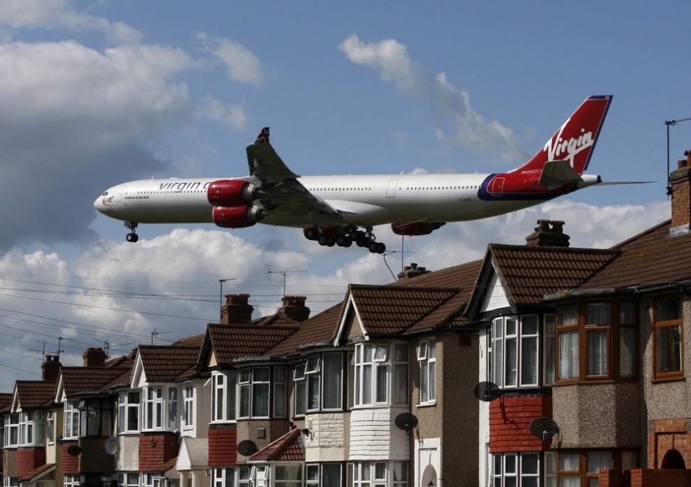 15. Самолет компании «Virgin Atlantic» заходит на посадку в аэропорт «Хитроу» в Лондоне 26 мая 2009 года. Частная компания авиалиний «Virgin Atlantic» практически удвоила доходы, однако сообщила, что из-за экономического кризиса авиалиниям будет «практически невозможно» получить прибыль в этом году. (REUTERS/Luke MacGregor)