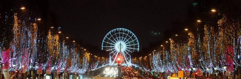 16. Рождественские огни горят вдоль Елисейских полей в Париже 23 ноября. (Pascal Le Segretain / Getty Images)