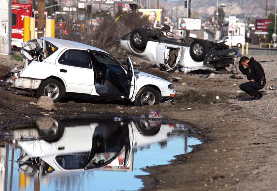16. Электричка, столкнувшаяся с двумя автомобилями в Лос-Анджелесе в среду. В результате инцидента пострадали шесть человек, включая младенца, двое из них находятся в критическом состоянии. (AP Photo/Nick Ut)