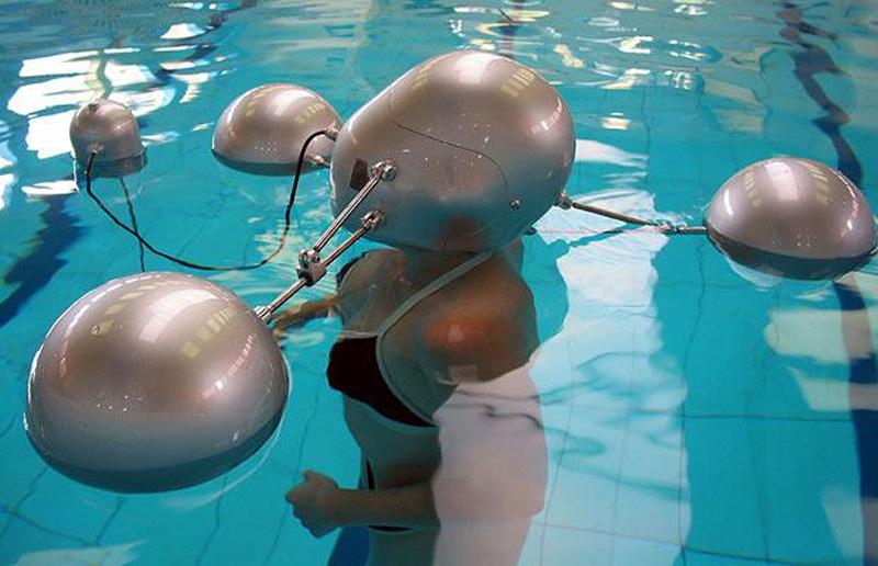 14) Isophone - подводная телефонная система, позволяющая общаться с другими пловцами. (WENN)