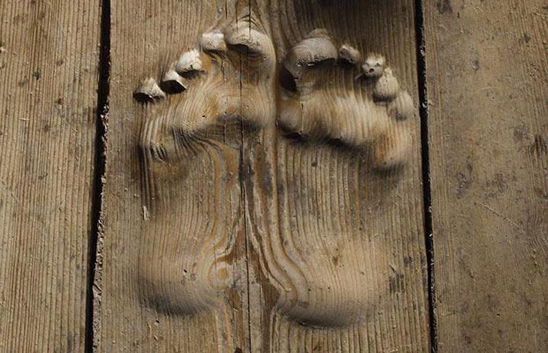 15) Следы резного дерева, которые как полагают верующие появились после частых молитв верующего в монастыре близ Тунжэнь, провинция Цинхай, Китай. (REUTERS)