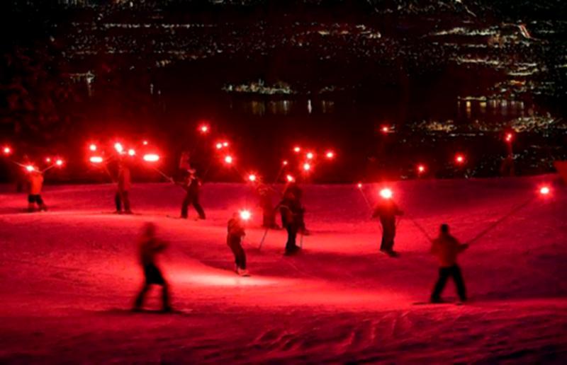 14) Лыжники с огоньками на головах в на горе Груз (Grouse Mountain) с видом на Ванкувер, Британская Колумбия. (REUTERS)