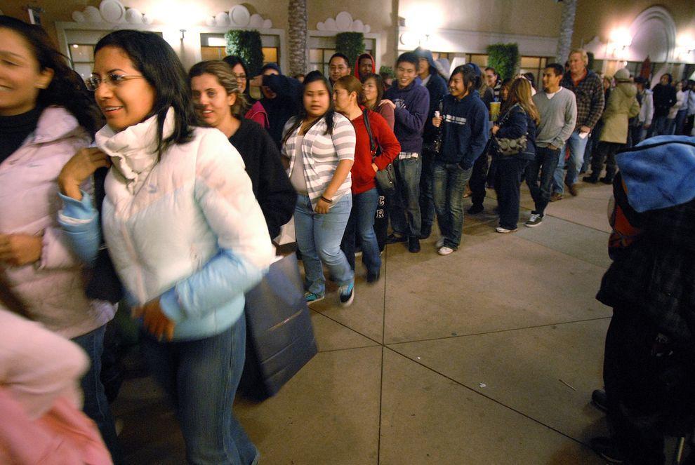 """16) Утро """"черной пятницы"""". По одной из версий, """"черная пятница"""" называется так потому, что традиционно приток покупателей обеспечивал магазинам прибыльность - выводил их в """"черную зону"""" (от черного цвета чернил, которыми фиксировали положительное сальдо в бумагах). (EPA / 27 ноября 2009/ США, Калифорния)"""