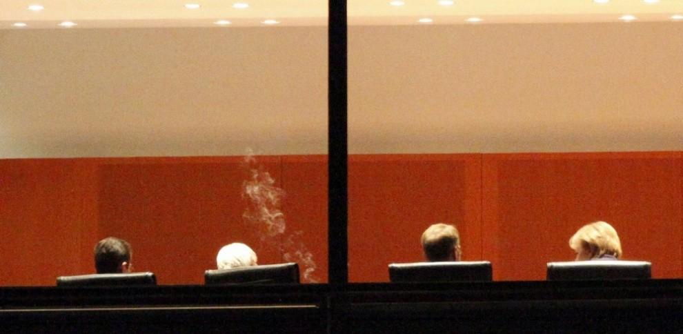 16. Министр иностранных дел Германии Фрэнк Уолтер Штайнмайер (второй слева) курит во время разговора с канцлером Ангелой Меркель (справа) на собрании в канцлерстве в Берлине 28 мая 2009 года. Правительственное заседание по поводу инвесторов автопроизводителя «Opel» должно закончится решением в пользу нескольких кандидатур. (REUTERS/Fabrizio Bensch)