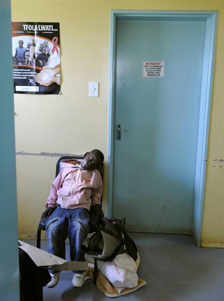 17. Маленький пациент ждет своей очереди, чтобы сдать анализы на туберкулез и СПИД, в медицинском центре Нхлангано. Пациенты ходят в центр в южном регионе Свазиленда Шиселвени, чтобы избежать столкновения с двумя главными убийцами страны – СПИДом и туберкулезом. Каждый день медицинский центр лечит до 60 больных туберкулезом. (Stephane de Sakutin / AFP - Getty Images)