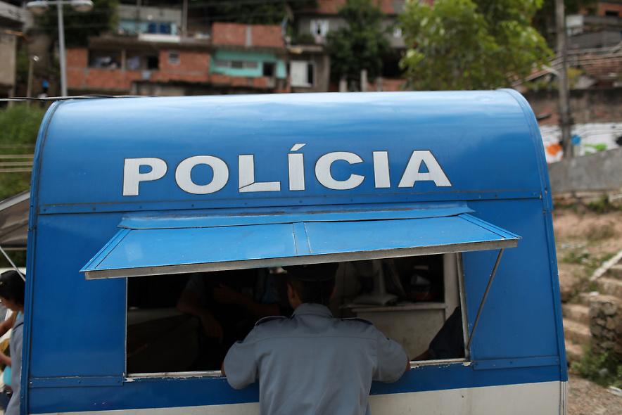 17. Полицейские патрулируют недавно «зачищенный» район Вавилония 3 декабря 2009 года в Рио-де-Жанейро. (Photo by Spencer Platt/Getty Images)