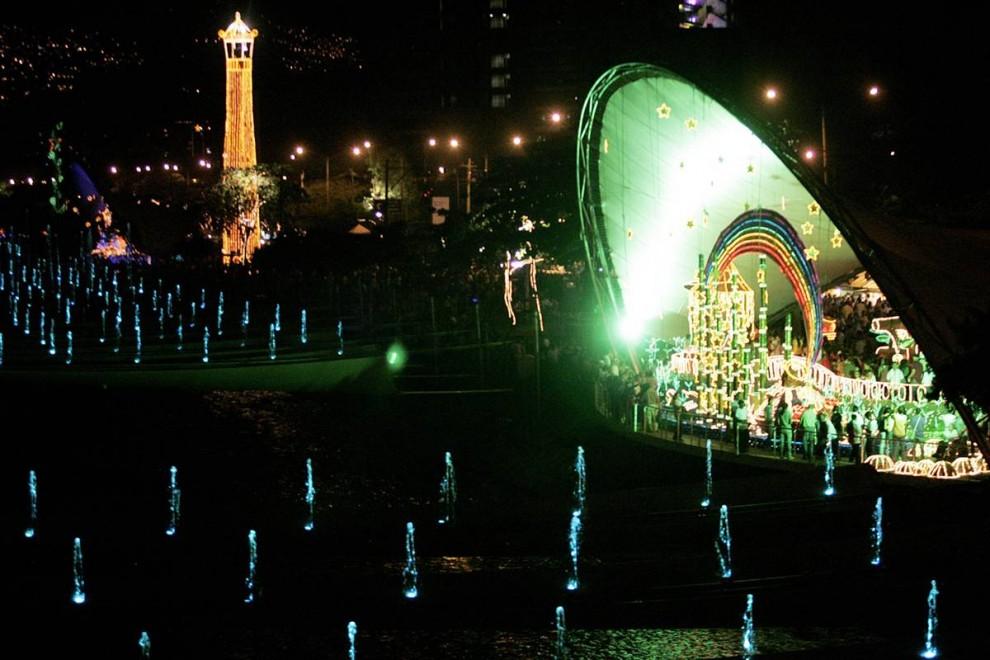 17. Люди проходит мимо реки Меделин в первый день появления на ней Рождественских декораций в Меделине, Испания, 5 декабря. (Albeiro Lopera / Reuters)