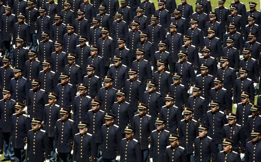 17. Офицеры армии стоят по стойке смирно на церемонии по случаю их повышения в Боготе. Кадеты стали лейтенантами. (AP Photo/Fernando Vergara)