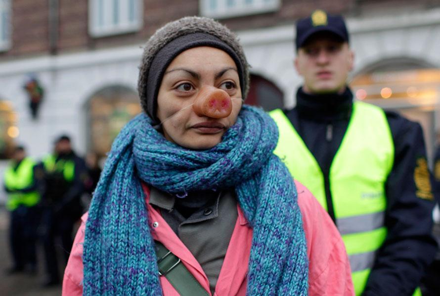 17) Активистка в маске свиньи во время демонстрации в центре Копенгагена, где на этой неделе прошла Конференция ООН по вопросам изменения климата (AP Photo/ Anja Niedringhaus)