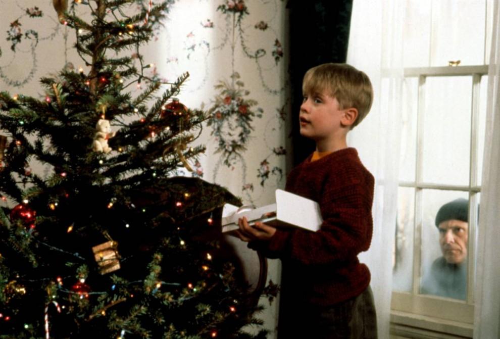 17. В хите 1990 года «Один дома» Макалэй Калкин играет мальчика, оставшегося сам по себе после того, как семья случайно забывает его дома, отправившись во Францию на Рождество. (20th Century Fox via Everett Collection)