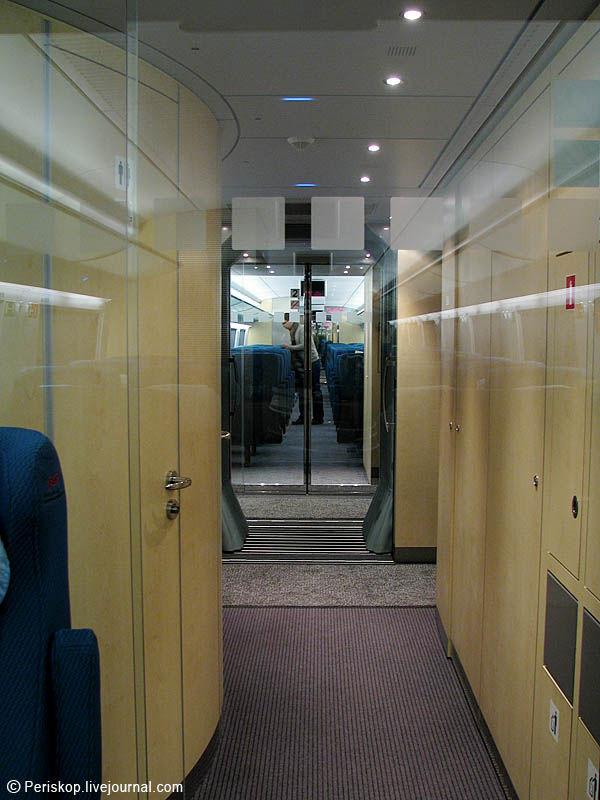 17) Сдвоенные био-туалеты находятся в конце каждого вагона (тут - слева по ходу, за прозрачной дверью).