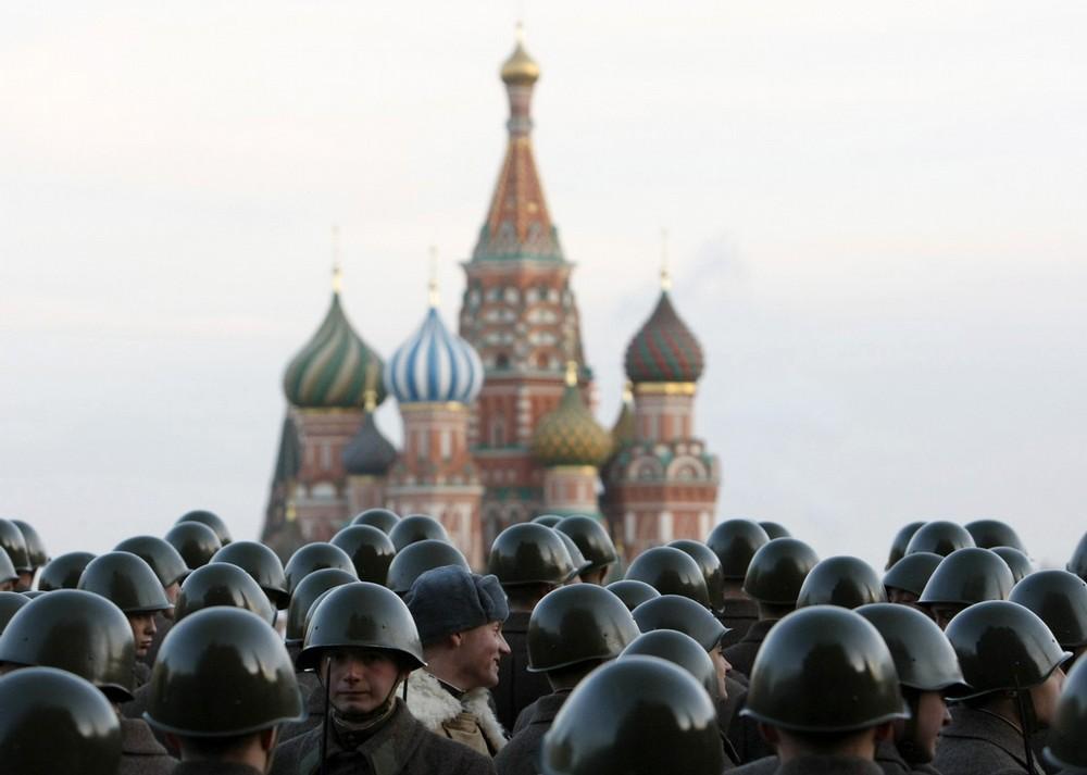 17) Российские военнослужащие в исторической форме во время военного парада на Красной площади в Москве 5 ноября 2009 года. Парад пройдет 7 ноября в честь годовщины исторического парада 1941 года, когда Советские солдаты прошли по Красной площади на фронт Второй мировой войны. (REUTERS/Denis Sinyakov)