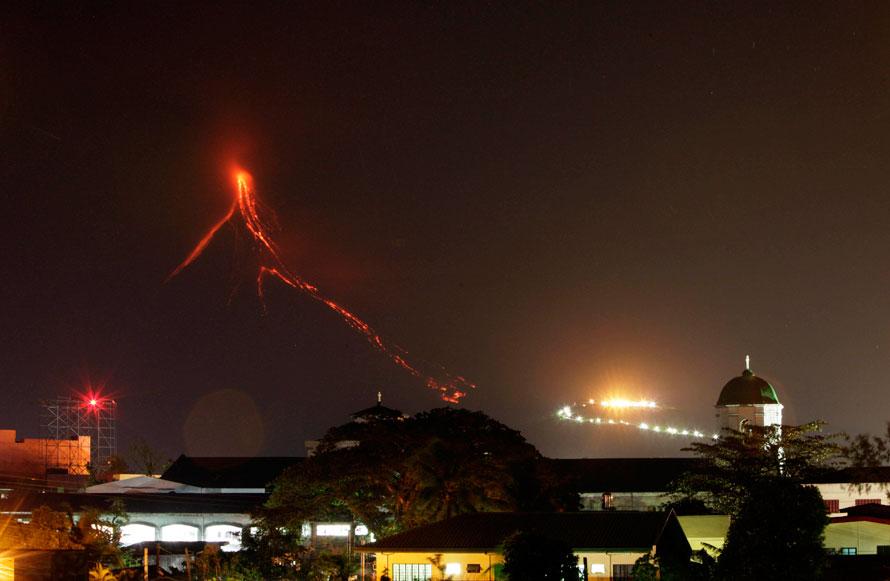 17. Лава продолжает стекать по склонам вулкана Майон недалеко от города Легазпи в провинции иАлбай в 500 км к юго-востоку от Манилы. Самый активный вулкан Филиппин мог извергнуться в любую минуту, об этом сообщили филиппинские власти в воскресенье, почувствовав толчки и услышав странные звуки, исходившие из вулкана. Десятки тысяч жителей соседних деревень были эвакуированы. (AP Photo/Bullit Marquez)