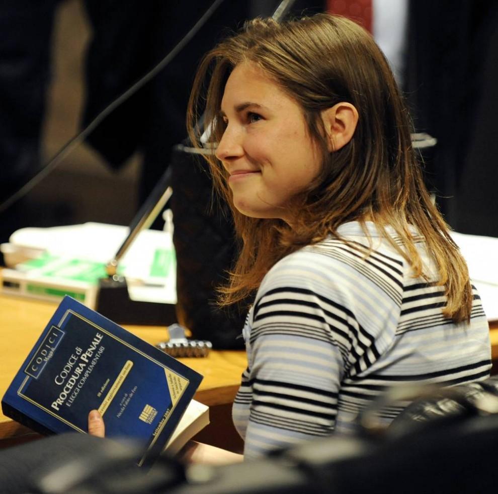17. Подозреваемая Аманда Нокс из США держит уголовный кодекс Италии на судебном процессе по делу об убийстве британской студентки Мередит Нокс в Перуджи 16 января 2009 года. (Daniele La Monaca/Reuters)